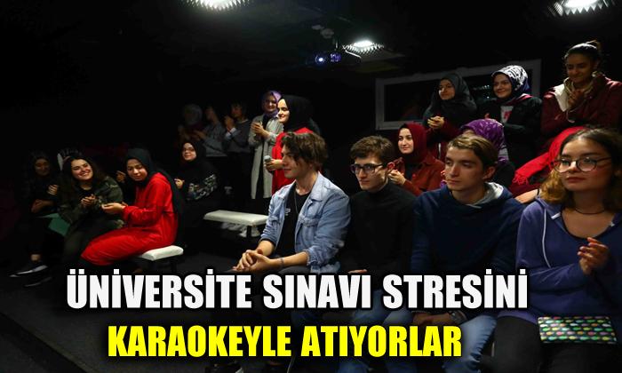 Üniversite sınavı stresini karaokeyle atıyorlar